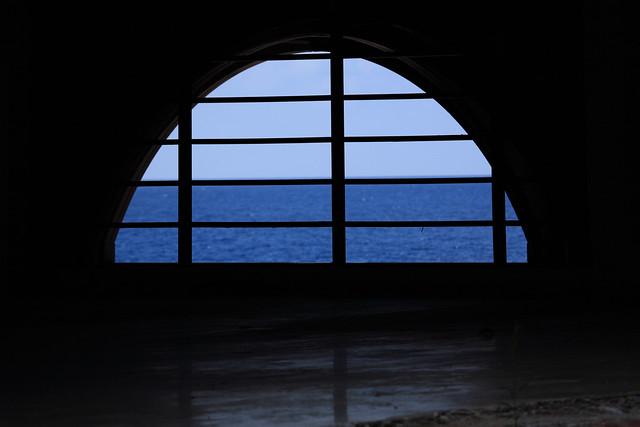 窓内の海空