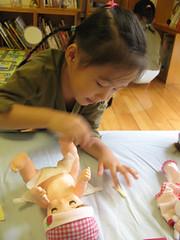 20081121-zozo幫娃娃換尿布 (2)