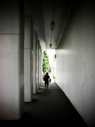 高架下を通る婦人
