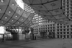 LaDefense_09 (Pete Sieger) Tags: paris france architecture ladefense 2008 sieger builtenvironment esplanadedeladefense esplanadedugeneraldegaulle peterjsieger