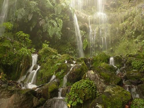 Cascadas en la levada do Caldeirao Verde