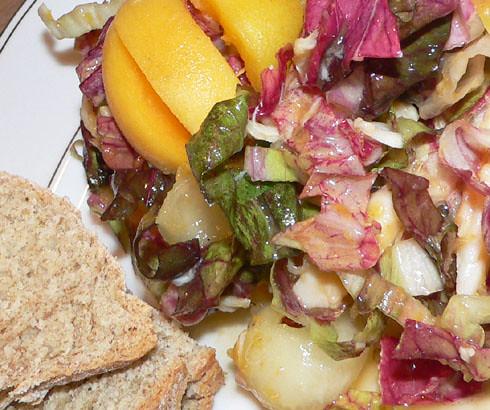 Konfuser Salat zu Natron-Brot