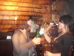 偷偷躲著喝酒的兩人