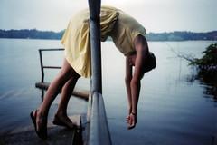[フリー画像] 人物, 女性, 湖・池, 201005082100