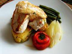 pollo a la pancha con patatas asadas y verduras al vapor
