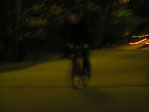 Pyöräilijä pimeydessä
