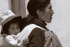 Cargas familiares (Llum Endins) Tags: argentina women child fiatlux 5photosaday llumendins lifetravel worldswomen
