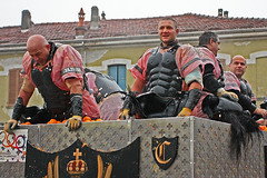 Aranceri sul carro (-LucaM- Photography WWW.LUCAMOGLIA.IT) Tags: carnival orange fight ivrea battaglia fieri guerrieri gladiatori aranceri darance