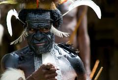 Las cosas claras (Llum Endins) Tags: man indonesia tribe papua picturesque hombre tribu fiatlux 5photosaday irianjaya thebestofday gnneniyisi peachofashot grouptripod llumendins lifetravel