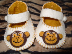 CREAM AND ANTIQUE GOLD BABY BOOTIES WITH CUTE MONKEY FACE MOTIFS (Funky Shapes) Tags: uk baby love colors animals kids shower monkey shoes autum handmade unique oneofakind crafts mary felt zapatos gift kawaii bebe ribbon etsy feltro maryjanes slippers booties wholesale janes bebes babygift funkyshapes babyclothing babyslippers etsybaby