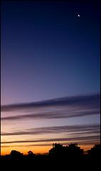 El Sol impaciente no deja a la Luna esconderse (Víctor Onieva) Tags: blue sky orange cloud sun moon sol yellow azul clouds jaune lune contraluz dawn mond soleil nuvola alba blu himmel wolke wolken luna lila bleu amanecer amarillo ciel gelb giallo lilac cielo nubes blau sole nuage nuages mallorca sonne naranja nube backlighting majorca arancione lilla marratxi lilas aube nubi flieder maiorca morgendämmerung majorque retroilluminazione rétroéclairage hinterleuchtung