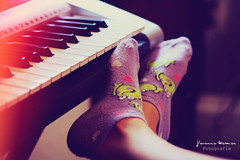Music & Socks. (Yavanna Warman {off}) Tags: light feet socks keys foot keyboard key legs piano frog pies passion hobbies leak piernas calcetines ranas teclas pasin tecla aficin aficiones
