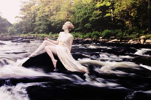 フリー写真素材, 人物, 女性, 人と風景, 川・河川, ドレス, アメリカ人,