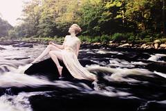 [フリー画像] 人物, 女性, 人と風景, 川・河川, ドレス, アメリカ人, 201106040900