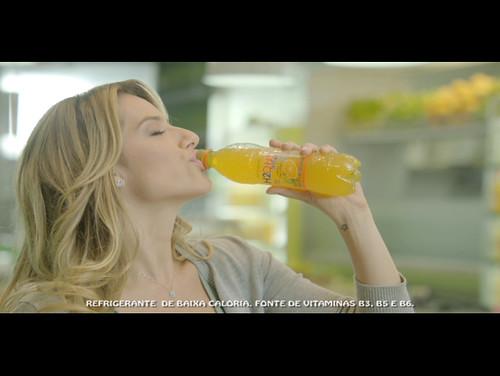 Giovanna Ewbank estrela campanha para H2OH! Frutas