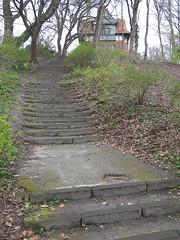 alte Treppenstufen (jphintze) Tags: germany deutschland luebeck lbeck sh schleswigholstein holstein stufen treppen hansestadt wallanlagen aufgang treppenstufen seefahrtsschule