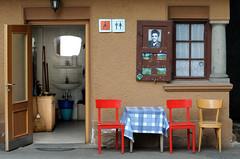 Elvis P.: Muss i denn, muss i denn... (fotomanni.de) Tags: italien red italy rot chair elvis toilet wc stuhl sdtirol southtyrol merano elvispresley meran