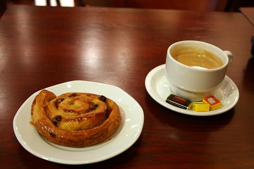 Pain au raisin et café