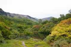 式部沼越しに緑岳の山頂を望む