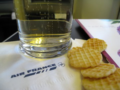 Snacks / Champagne (Σταύρος) Tags: vacation holiday macro plane airplane fly montana aircraft champagne flight jet bubbles mo snacks cracker boeing rtw crackers 747 bubbly airliner vacanze avion airfrance b747 1933 747400 businessclass roundtheworld globetrotter 083 valleycounty worldtraveler worldbusinessclass skyteam champagnebubbles diamondclassphotographer lespaceaffaires seatbacktray seatbacktable