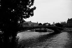 la senna (max - iogenovese) Tags: bridge bw black paris contrast river 50mm blackwhite ship pentax fiume delta bn ponte ilford senna biancoenero parigi ilovemypics flickrlovers maxlapiccolacasa iogenovese