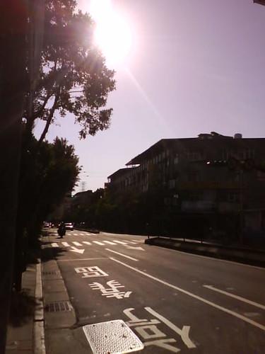 陽光灑在馬路上