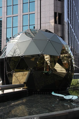 Dojima Yakushido ビル街でミラーボールのように輝く堂島薬師堂
