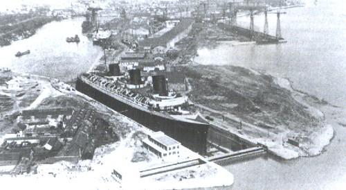 El crucero de lujo francés Normandie es reparado en el dique antes de la guerra
