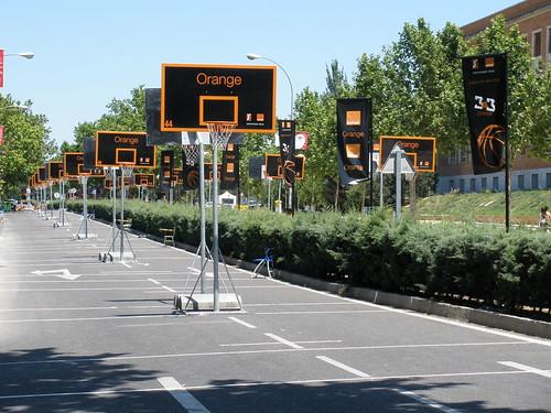 100 canastas en la Avenida Complutense de Madrid