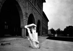 [フリー画像] 社会・環境, 災害, 彫刻・彫像, 地震, アメリカ合衆国, モノクロ写真, 201007271300
