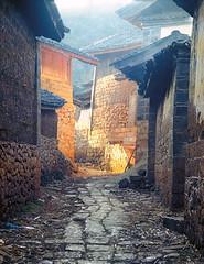 Village alley - Lijiang, Yunnan, China (damonlynch) Tags: china light golden alley village yunnan lijiang