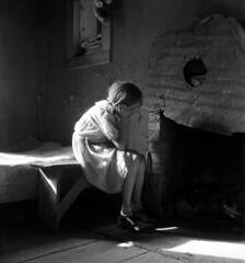 [フリー画像] 人物, 子供, 少女・女の子, 落ち込む・落胆, 頬杖をつく, モノクロ写真, アメリカ人, 201007150100