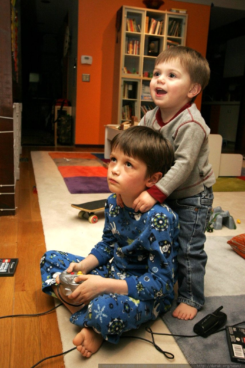 nick gets an unsolicited backrub from a two year old fan while he plays video games - _MG_3371
