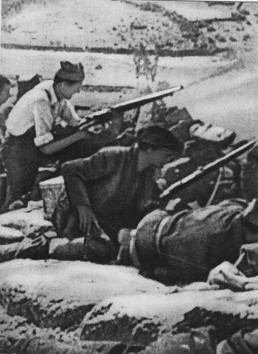 Milicianos republicanos disparan al Alcázar desde las afueras de Toledo.