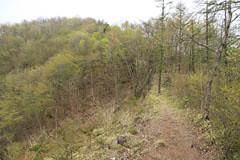 棚の入山と赤鞍ヶ岳の間の崩れかけた稜線の道