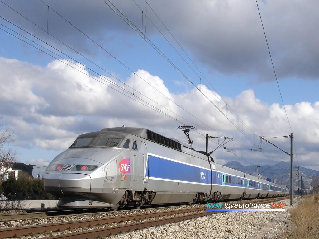 La rame TGV SE 101 apte à rouler jusqu'à 220 km/h sur voie classique et munie d'un pantographe AX
