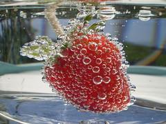 Fizzy strawberry - Fragola frizzante - EXPLORE! (Gloire81) Tags: summer macro water fruit strawberry fresh bubble fizzy fragola frizz oxigen eow