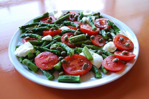 groene asperges met tomaat en mozarella