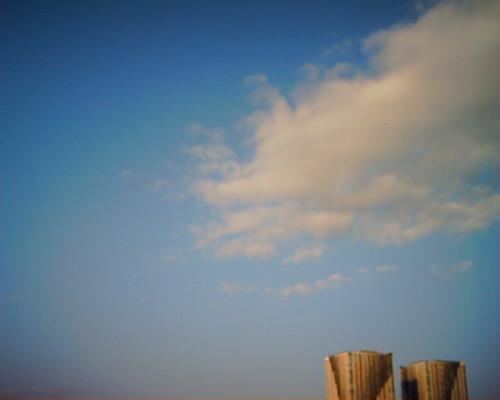 【写真】VQ1005で撮影した雲とビル