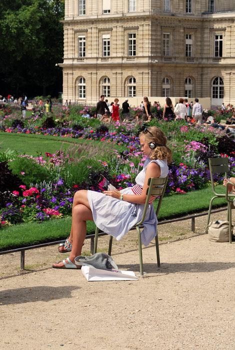Lecture dans un jardin