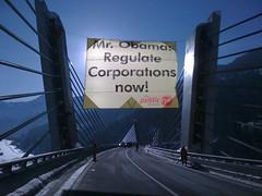 Erfolg.das Banner hängt über der Straße nach davos by Greenpeace Switzerland