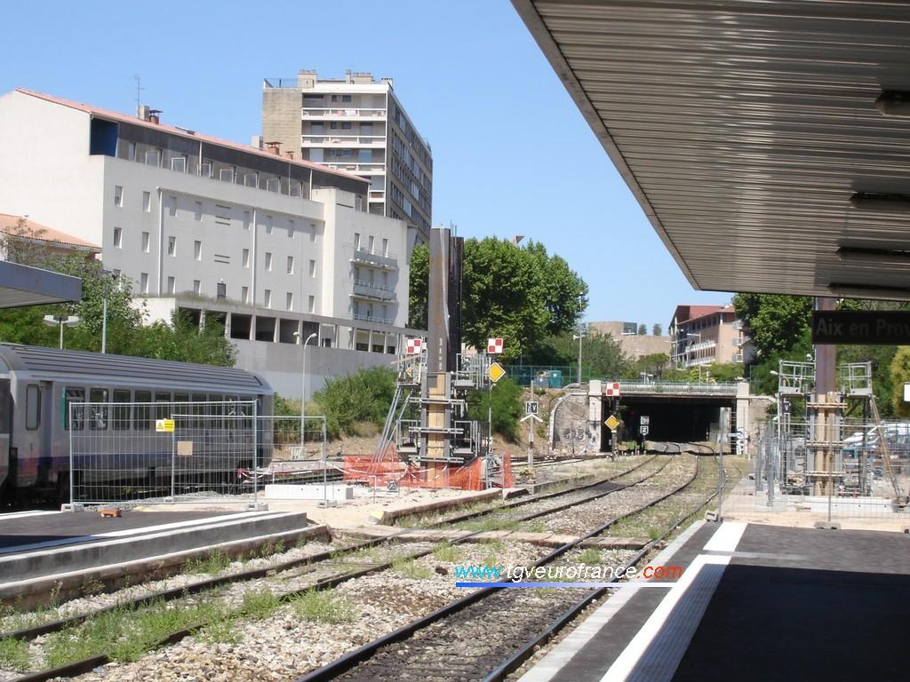 Passerelle en construction en gare d'Aix-en-Provence Centre et opération de modernisation des quais (rehaussement) sur la ligne du Val de Durance