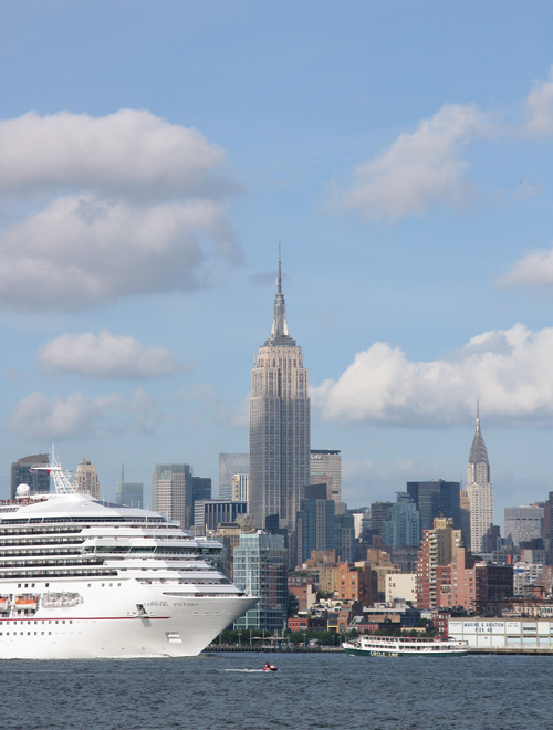 boats on the Hudson River with the Empire State Building and Manhattan