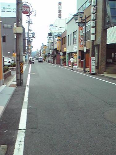 上野市駅近くの商店街。飯処探しなう。