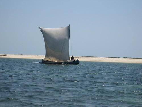 canoe reaching Belo sur Mer
