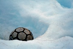 Ftbol rtico / Artic soccer (caravinagre) Tags: white snow blanco childhood ball football soccer nieve greenland inuit futbol infancia artic eskimo rtico kulusuk groenlandia baln eastgreenland tasiilaq esquimales