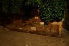 a lume di candela (:e:) Tags: venice muro wall night stones bricks pietre e venezia notte notturno mattoni venessia chicècè chicèè
