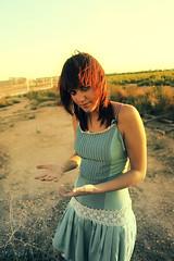 Sin titulo .- 2008 (RolanGonzalez) Tags: azul chica campo pelirroja vestido