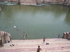 vasca per le abluzioni (rongpuk) Tags: people india mathura