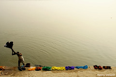 Making a rainbow (flavita.valsani) Tags: blue red orange brown india man green rio yellow river rainbow varanasi arcoris bday benares holycity washingclothes gangariver ndia lavaroupatododia valsani rioganges letsfotografar lettheriverrun